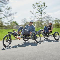 Couple riding two KETTWIESEL EVO STEPS in tandem